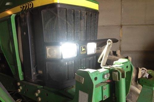 Светодиодные фары на радиаторе трактора